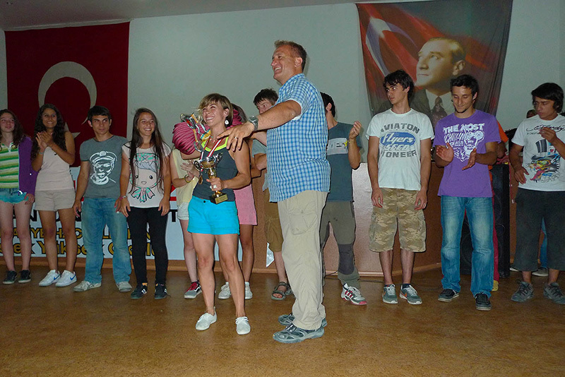 Ferudun Celikmen, the chief organiser of the Kemaliye festival, awarding one of the young climbers who took part in the competition., Eugenio Pinotti
