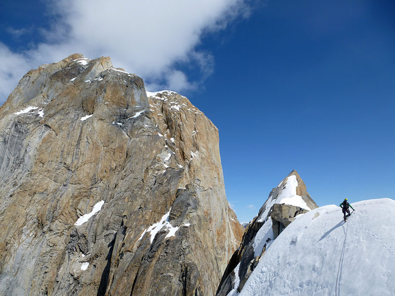 Tooth Traverse: On top of the Sugar Tooth with a long way up to the Eye Tooth in the background, © Bluemel / Fiegl