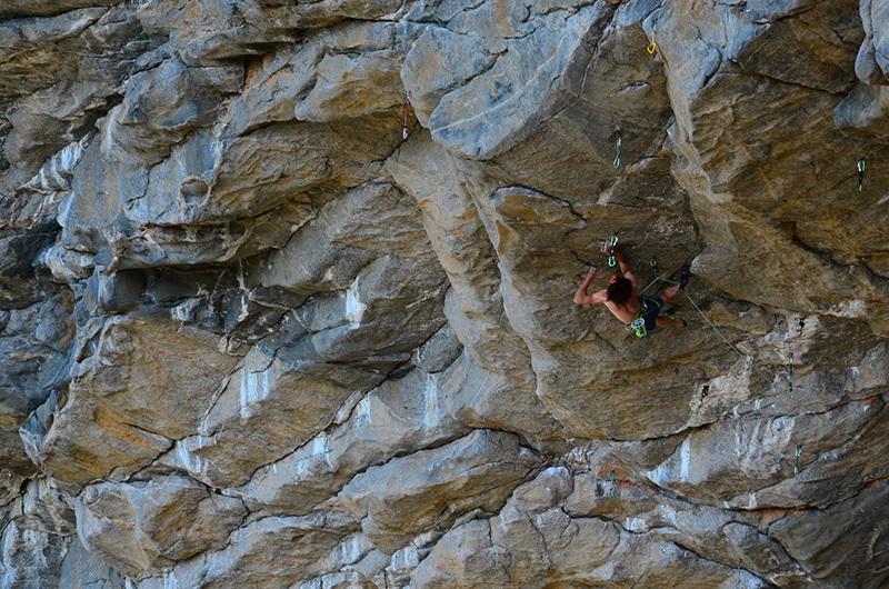 Adam Ondra tenta il passaggio chiave sul nuovo progetto a Flatanger in Norvegia., Seb Bouin