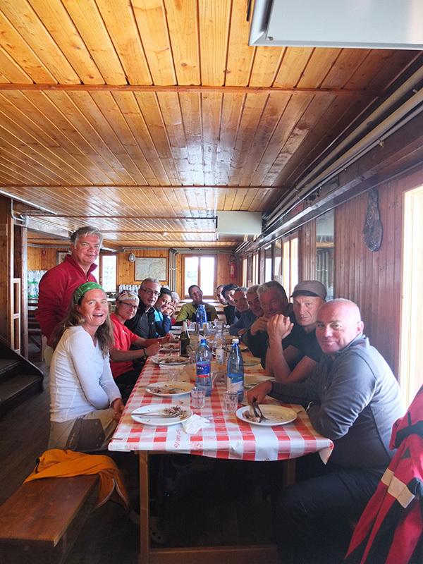 Il gruppo di docenti ed allievi dellla seconda edizione del Master di Medicina di montagna, con Silvio Mondinelli ed Erminio Sertorelli, alla Capanna Gnifetti., archivio Luigi Festi