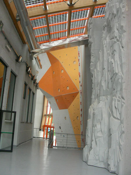 Uno scorcio del gran muro del Palaroccia, arch. A. Mellano