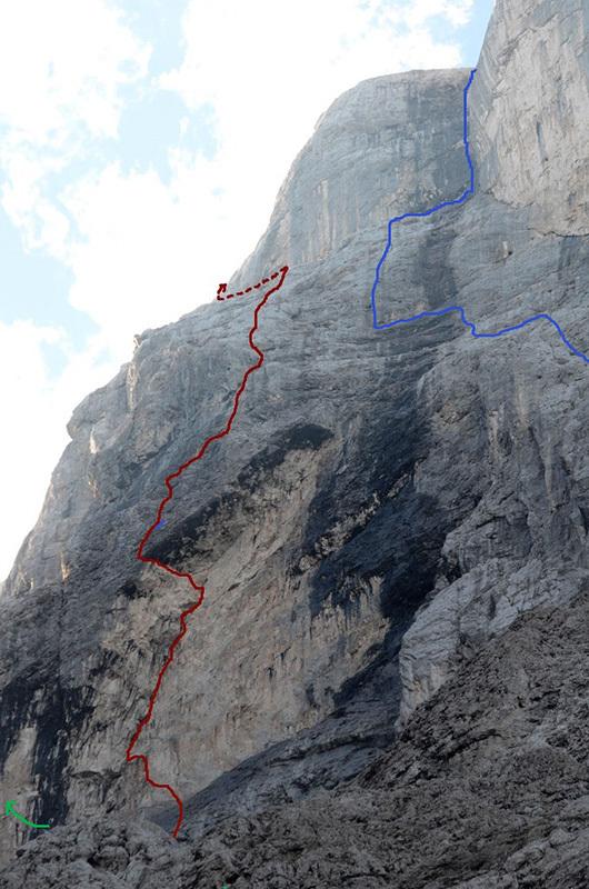 In rosso la Variante del Li-Cuore, Monte Agner parete Nord-Est (VII+, A3, VII- obbligatorio, Tito Arosio, Luca Vallata 2013). In blu la via dei Sud Tirolesi, in mezzo alle due passa la via di Riccardo Bee.