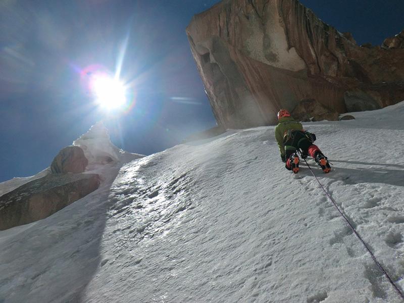 Bas Visscher impegnato su una colata di ghiaccio durante la prima salita di Double Trouble (TD-, AI4, 800m) sulla parete nordest della Great Walls of China in Kirghizistan il 16/08/2013., archive Bas van der Smeede