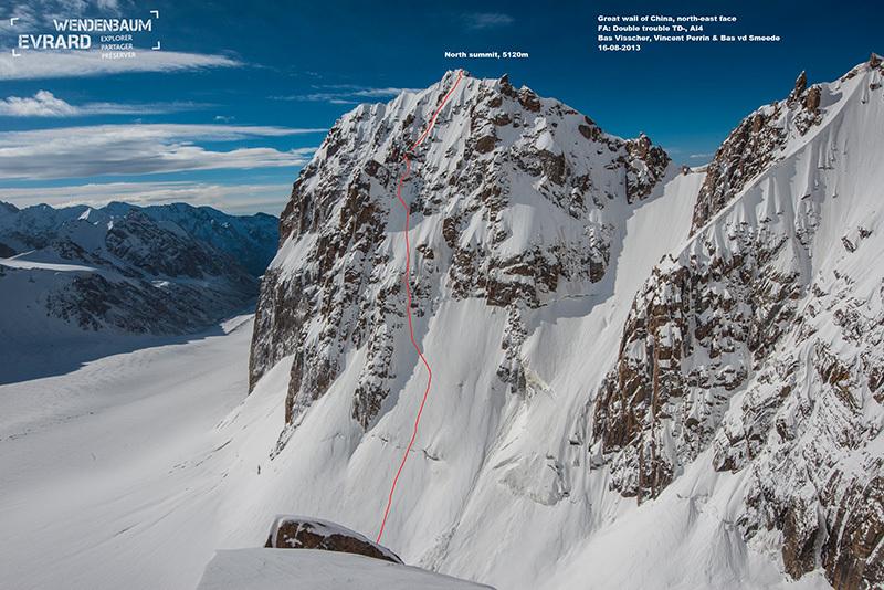 La linea scelta dagli olandesi Bas Visscher, Vincent Perrin e Bas van der Smeede il 16/08/2013 per salire Double Trouble (TD -, AI4, 800m) sulla parete nordest della Great Walls of China in Kirghizistan, Evrard Wendenbaum