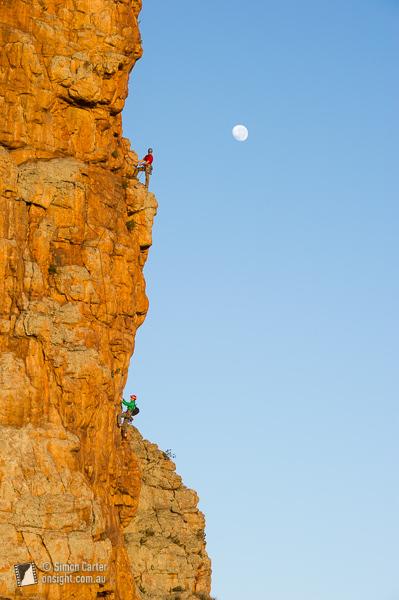 Andrew Trotter e Sarah Osborne, sulla classica via di più tiri Checkmate (17), Mount Arapiles, Victoria, Australia., Simon Carter / Onsight Photography