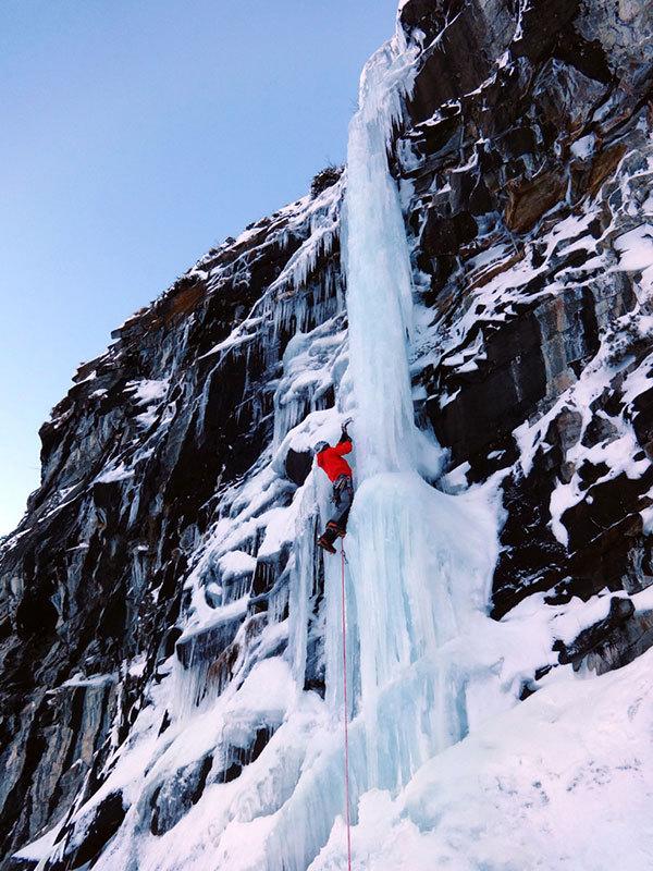 Enrico Bonino climbing the icefall A' la memoire..., archivio E. Bonino