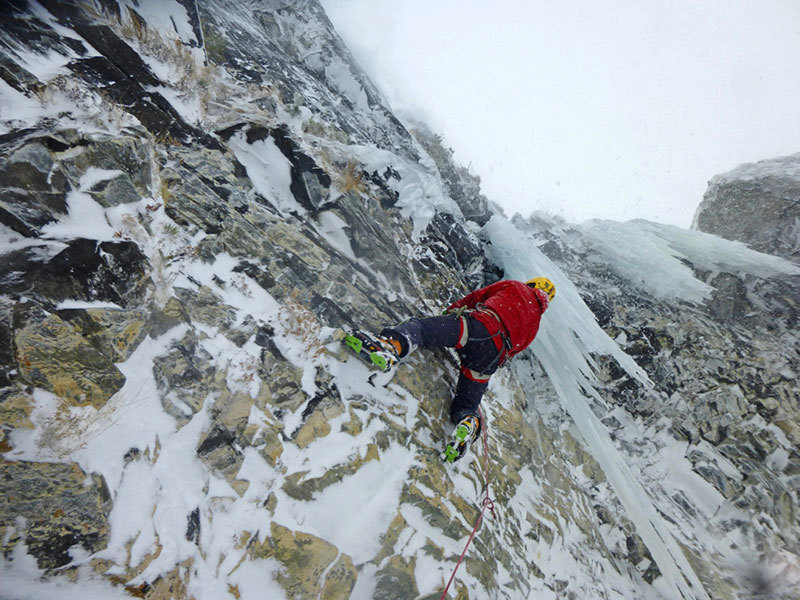 Giancarlo Bazzocchi climbing L'analfabeta in Scottish conditions..., archivio E. Bonino