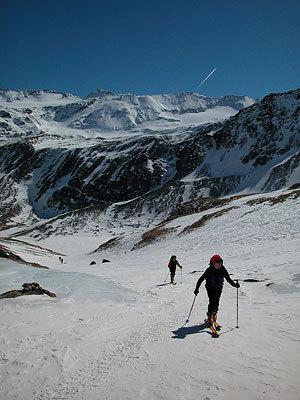 Salendo a Cima Madriccio sullo sfondo Ciam Marmotta. Inverno 2005 pochissima neve., Francesco Piardi