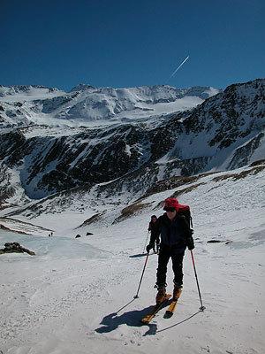 Salendo a Cima Madriccio sullo sfondo Cima Marmotta. Inverno 2005 pochissima neve., Francesco Piardi