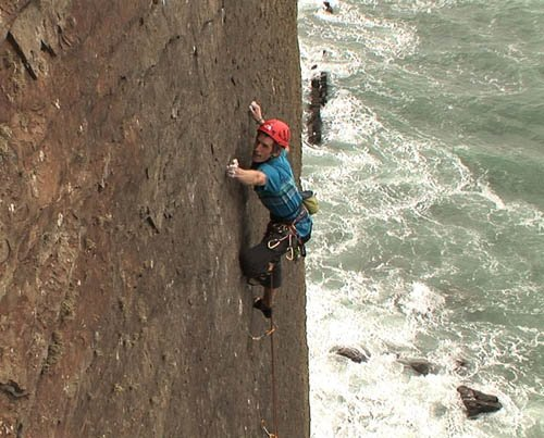 James Pearson durante la prima salita di The Walk of Life, E12 7a a Dyer's Lookout, North Devon, Inghilterra., Hot Aches productions