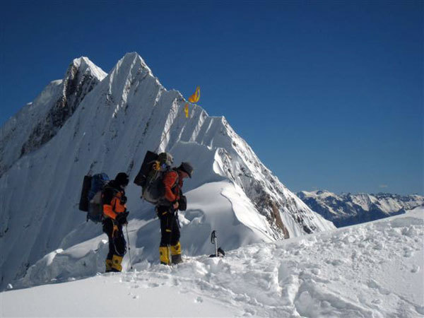 Climbing up to Camp 2 on Manaslu., arch. Meroi-Benet