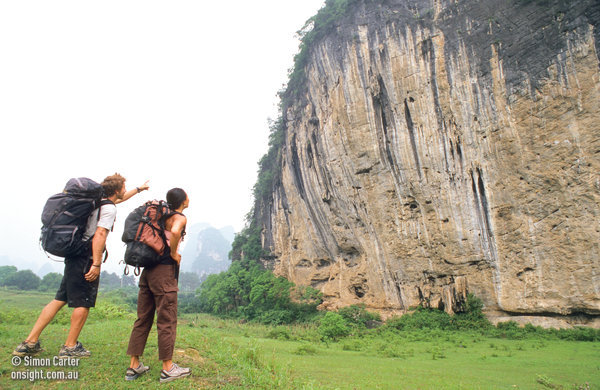 Ryan Gormly e Olivia Hsu guardando The White Mountain cliff, Yangshuo, Cina., Simon Carter/Onsight Photography
