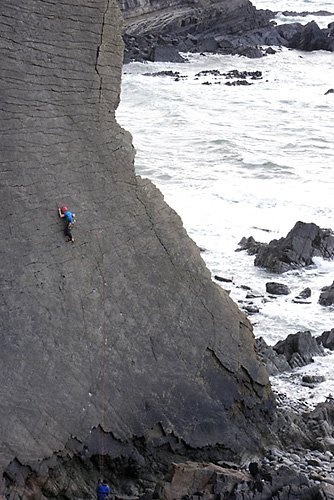 James Pearson durante la prima salita di The Walk of Life, E12 7a a Dyer's Lookout, North Devon, Inghilterra., David Simmonite