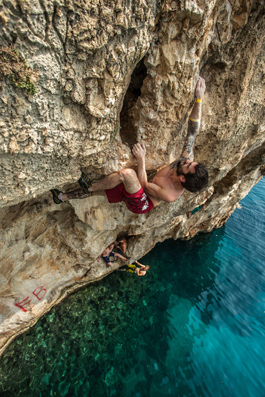 Deep Water Solo a Vathi, Kalymnos, The North Face ® / Eddie Gianelloni