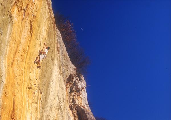 Mauro dell'Antonia climbing 'Ombre Rosse' 8b, Lumignano, Planetmountain.com