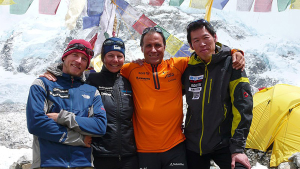 David Gottlieb, Gerlinde Kaltenbrunner, Ralf Dujmovits and Hiro Takeuchi before departing on 16/05/2009., arch Kaltenbrunner