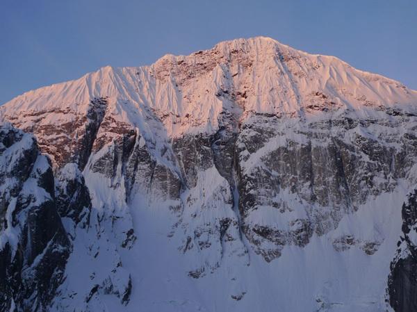 La parete nord di Mt Church (2509m), Alaska. Amazing Grace (V AI4 1200m, Gavin Pike & James Clapham 05/2009) prende una linea a sinistra della goulotte centrale., Gavin Pike