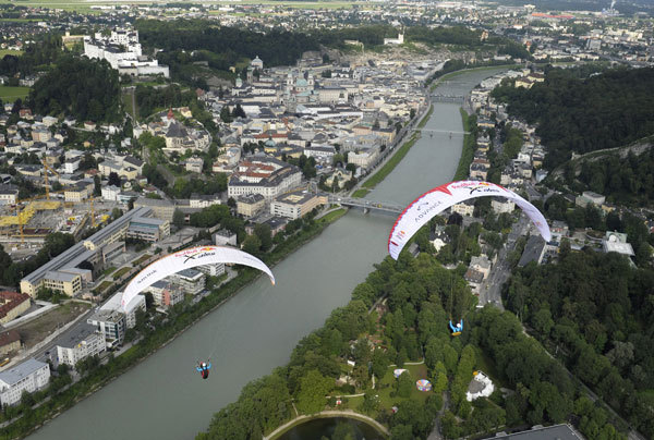 Michael Gebert e Christian Maure in volo sopra Salisburgo, Austria, Felix Woelk/Red Bull Photofiles