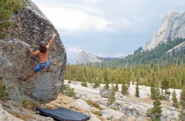 Ron Kauk sul boulder The Cross a The Knobs, Tuolumne Meadows - Yosemite, USA, Chris Falkenstein
