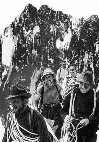 Riccardo Cassin, Gino Esposito e Ugo Tizzoni al ritorno dalla prima salita dello Sperone Walker sulle Grandes Jorasses (Monte Bianco), arch. Fondazione Cassin
