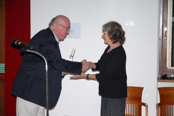 Il Commissario della CM Valcanale, Gianni Verona, premia Anna Lauwaert, arch. Leggimontagna