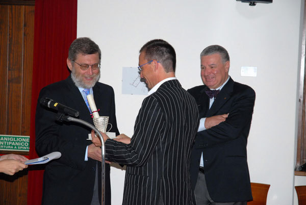 Aldo Audisio premiato dal consigliere regionale Sandro Della Mea, e l'editore Gherardo Priuli, arch. Leggimontagna