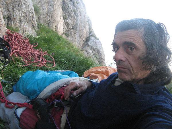 Roberto Iannilli (autoscatto) sulla cengia del bivacco di Senza perdere la tenerezza., R. Iannilli
