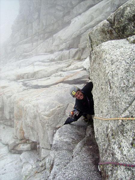Paolo Stroppiana sul 6° tiro di La Memoire du Glacier, Zoccolo dell'Eveque, Monte Bianco, arch. E. Bonfanti