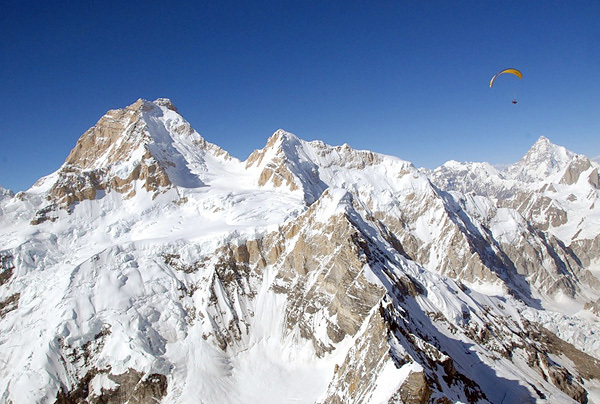 Paragliding with Masherbrum (7821m) in the background., archive Tom de Dorlodot