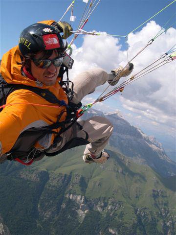 Mario Prinoth in volo con il parapendio sopra le Dolomiti, Mario Prinoth