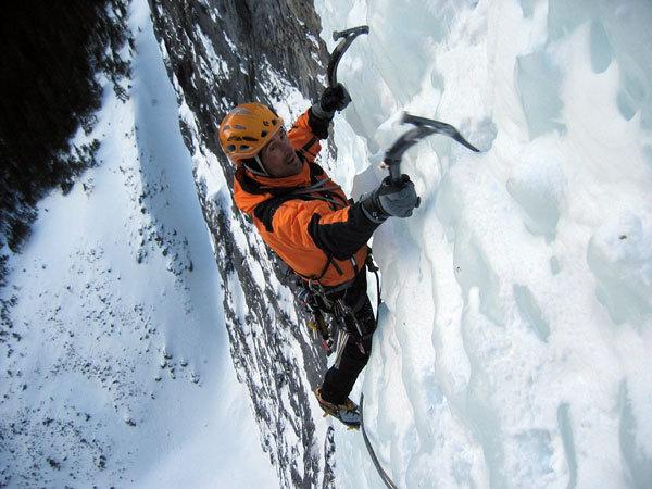 The Sorcerer, Johnson Creek  Valley, Canada. Nella parte più a nord della Ghost Valley prendono forma due delle più famose cascate di ghiaccio mai scalate: The Sorcerer nella Johnson Creek Valley e sulla parte opposta delle montagne Hydrophobia nella Waiparus Valley. Insieme costituiscono 400 metri, davvero insuperabili quanto ad aspettative., arch. K. Astner - K. Auer