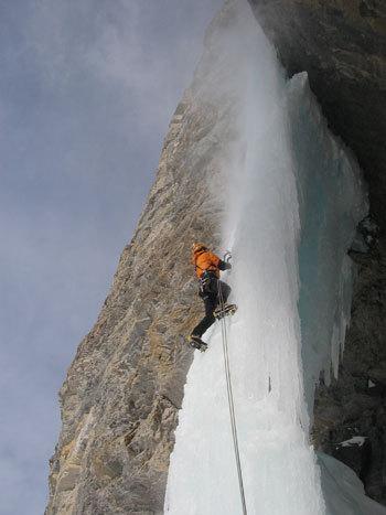 Soothing Star, Mount Wilson, Canada. Soothing Star è di gran lunga la più bella di questo massiccio. E' il nostro prossimo obiettivo! Si affonda nella neve fino ai fianchi ed allora ci mettiamo gli sci e in un'oretta arriviamo alla base. Nel primo tratto il ghiaccio non è ancora molto spesso però, se si hanno le capacità tecniche di Konrad, ciò non costituisce un problema...., arch. K. Astner - K. Auer