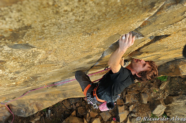 """Nicolas Favresse climbing """"Vida de Casal"""", 7b, Casal Pianos, Portugal, Ricardo Alves"""