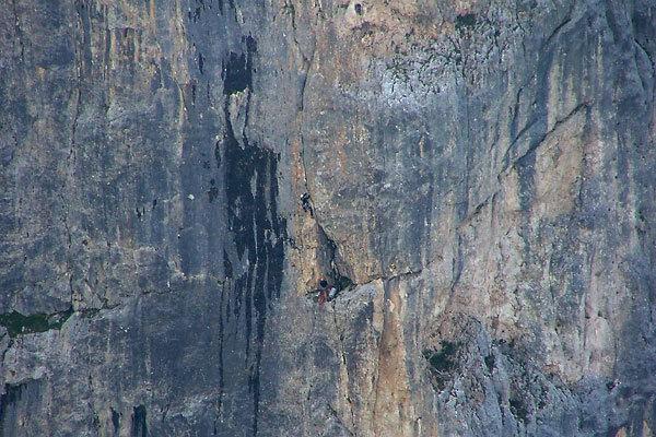 Pietro Dal Prà e Alessandro Rudatis sulla variante dello spigolo al Diedro Casarotto. Spiz di Lagunaz, Pilastro Ovest – Pale di San Lucano (Dolomiti), Ettore De Biasi