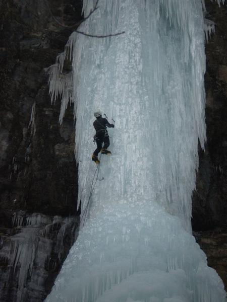 Federico Addari durante la prima salita di Zia Mia, nuova cascata nelle Alpi Carniche., archivio Addari