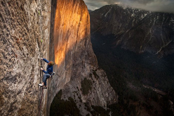 Kevin Jorgeson working Mescalito in autumn 2009, El Capitan, Yosemite, Tim Kemple / Black Diamond