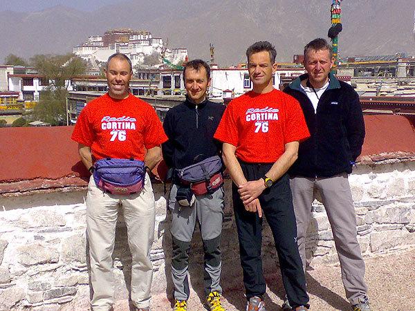 I componenti della spedizione a Lhasa. Da sx: Renato Sottsass, Antonio De Riva, Marco Sala, Vittorio Alverà. Alle loro spalle il Monastero di Jokhang., arch. Shisha Pangma Expedition
