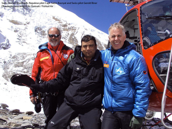 Il soccoritore Svizzero Bruno Jelk, il pilota Nepalese Capt. Sabin Basnyat e il pilota svizzero Gerold Biner, Campo Base Dhaulagiri, Air Zermatt