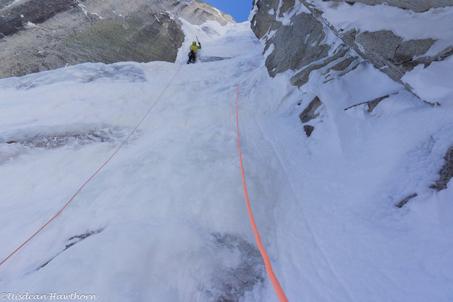 Mt. Jezebel parete est, Alaska: Tom Livingstone sul sesto tiro di Fun and Fear, Tom Livingstone, Uisdean Hawthorn