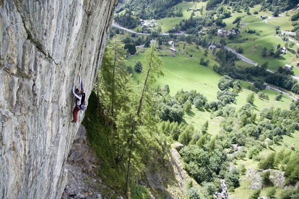 Alberto Gnerro arrampica nella bella falesia di Gressoney - Noversch in Valle d'Aosta., arch.Gnerro