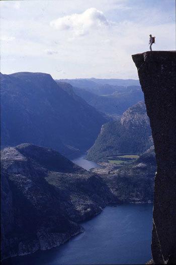 La dimensione verticale è garantita da pareti di roccia che vertiginosamente si innalzano dal mare., Voglino - Porporato
