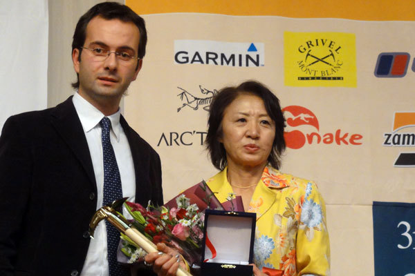 Oliviero Gobbi handing over the lifetime achievement award to the wife of the Japanese mountaineer Tsuneo Hasegawa, arch. Grivel