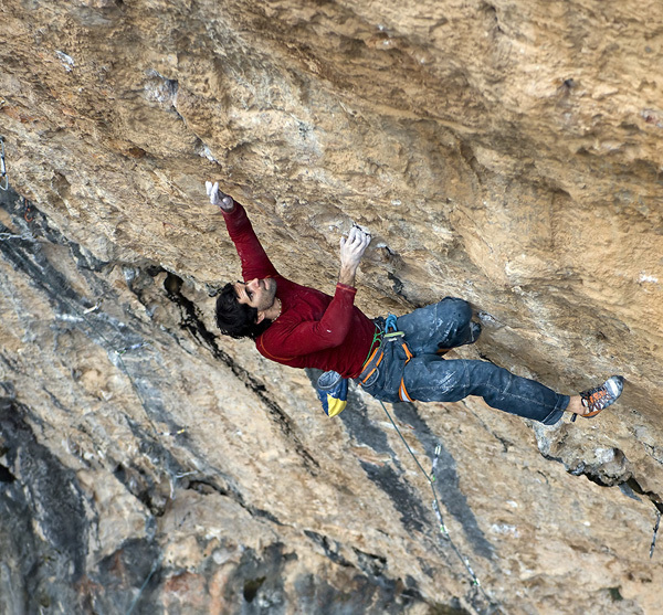 Dani Andrada on 'Analógica' (9a/9a+) at Santa Linya