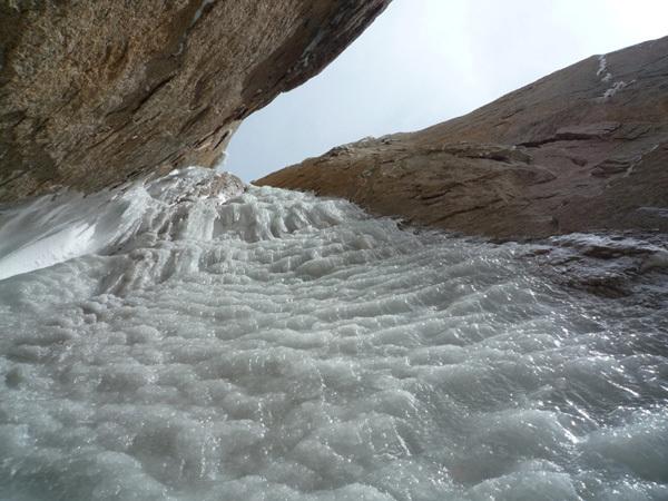 Colin Haley e la prima solitaria della Cerro Standhardt, Patagonia, lungo la via Exocet (500m, WI5, 5.9). Il terzo tiro del cammino di ghiaccio., Colin Haley