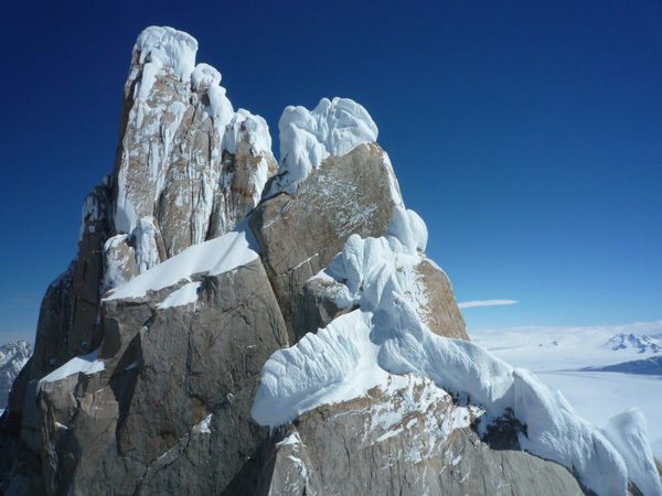 Colin Haley e la prima solitaria della Cerro Standhardt, Patagonia, lungo la via Exocet (500m, WI5, 5.9). La vista su Cerro Torre, Torre Egger e Punta Herron., Colin Haley