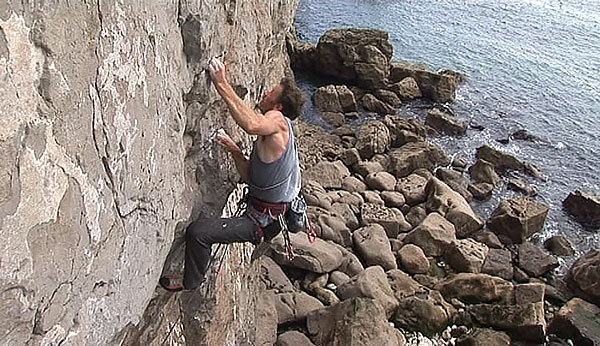 Dave Birkett su The Brothers Karamazov E9 6c a St Govan's Head, Pembroke, Galles, Alastair Lee