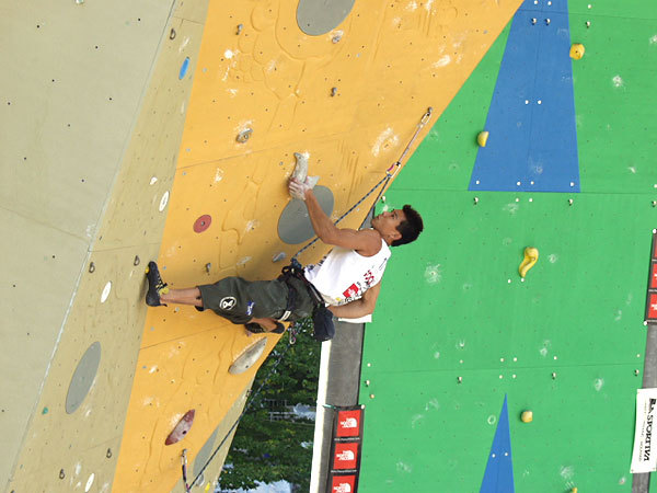 Yuji Hirayama competing in the Rock Master 2001, Planetmountain.com