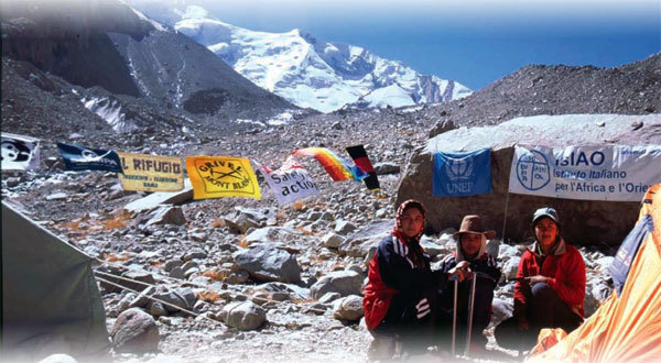 Un gruppo di giovani afgani è impegnato sul Monte Bianco in un Corso di alpinismo promosso dall'IsIAO., Planetmountain.com