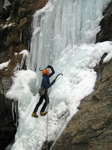 Umberto Bado starting up P3 of Cascata delle miniere (Valle dell'Orco), arch. Marco Appino