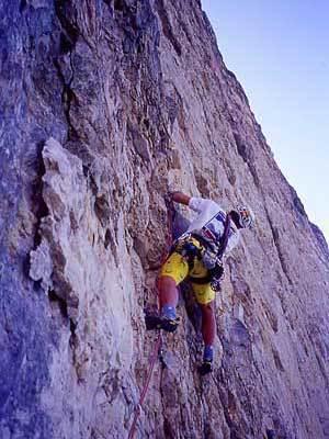Rolando Larcher, in arrampicata libera e a vista, sulla via Piussi-Redaelli, Torre Trieste, Dolomiti, arch Larcher